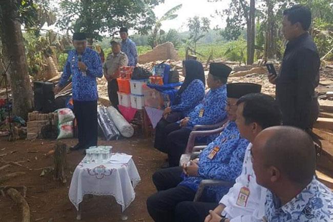 Bupati Lampung Utara Berikan Bantuan Korban Bencana Puting Beliung