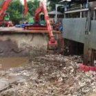 Jawa Barat Hujan, Jakarta Banjir Tumpukan Sampah Kiriman