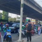 Pejalan Kaki Keluhkan Pengemudi Ojol Kerap Mangkal di Bahu Jalan