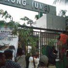 Suku Moi Memalang Pintu Masuk UMS Sorong Dengan Bambu