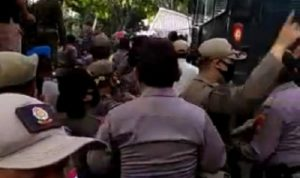 Bentrok Pendemo vs Polisi Saat Demo Tolak Omnibus Law Cipta Kerja